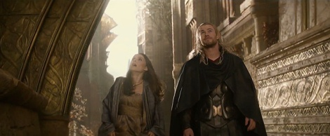 En la seqüela, Jane Foster (Portman) accedeix per fi al món diví d'Aasgard.