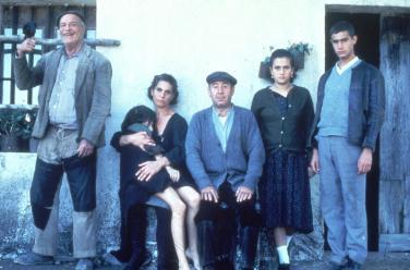 Alfredo Landa amb la resta d'intèrprets de LOS SANTOS INOCENTES, una de les pel·lícules de major renom en la seva filmografia.