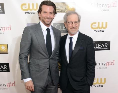 Spielberg i Bradley Cooper, traballarant junts a AMERICAN SNIPER.