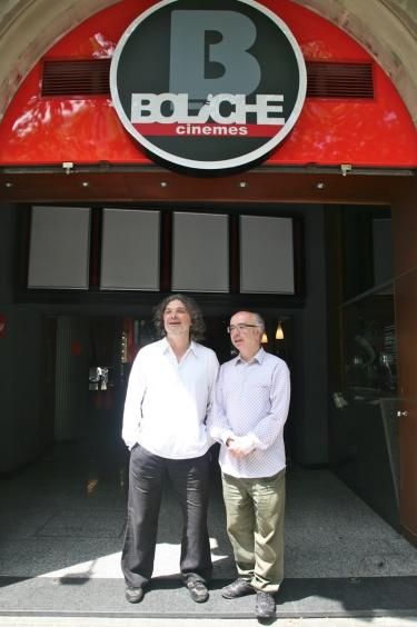 Els empresaris Rafael Dalmau i Alfons Mas davant la façana d'entrada dels cinemes Boliche.