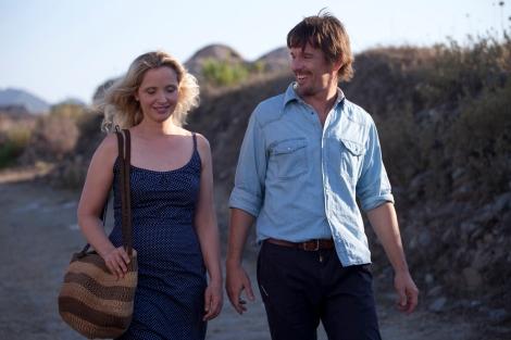 Les converses sobre tot tipus de tema en llargos passejos són una de les constants de les tres pel·lícules.
