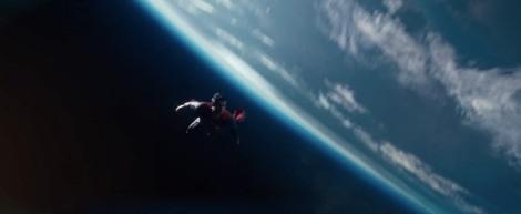 Un cop es posa el vestit, Snyder almenys té destressa en recrar imàtges icòniques.