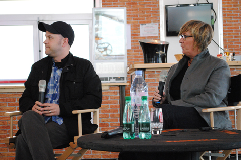 El director de MONSTERS UNIVERSITY, Dan Scanlon, acompanyat de la productora Kori Rae.