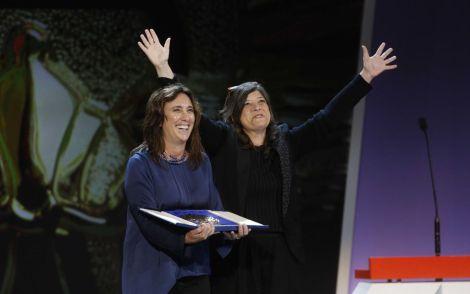 Mariana Rondón i Marité Ugás recollint la Concha d'Or per PELO MALO.