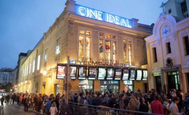 Imatge de les cues que es van formar per l'última festa del cinema.
